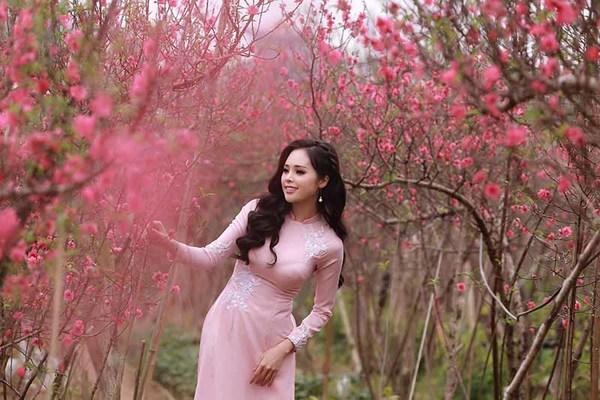 'Mỹ nhân Bolero Hà Thành' Lê Trinh rạng rỡ bên vườn hoa xuân