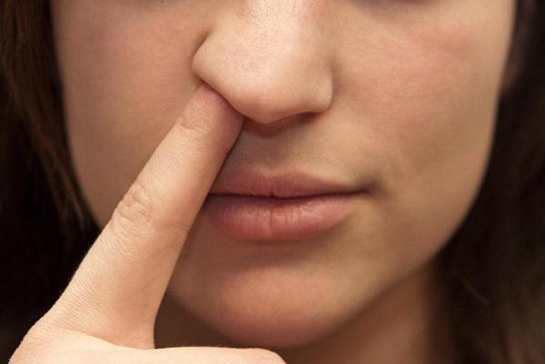 Dùng tay ngoáy mũi, người phụ nữ mắc căn bệnh nguy hiểm