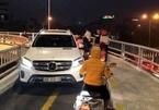 Lái xe Mercedes đi ngược làn xe máy bị tước bằng 2 tháng