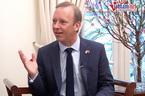 Trò chuyện Tết với đại sứ Tây muốn luyện hát karaoke tiếng Việt
