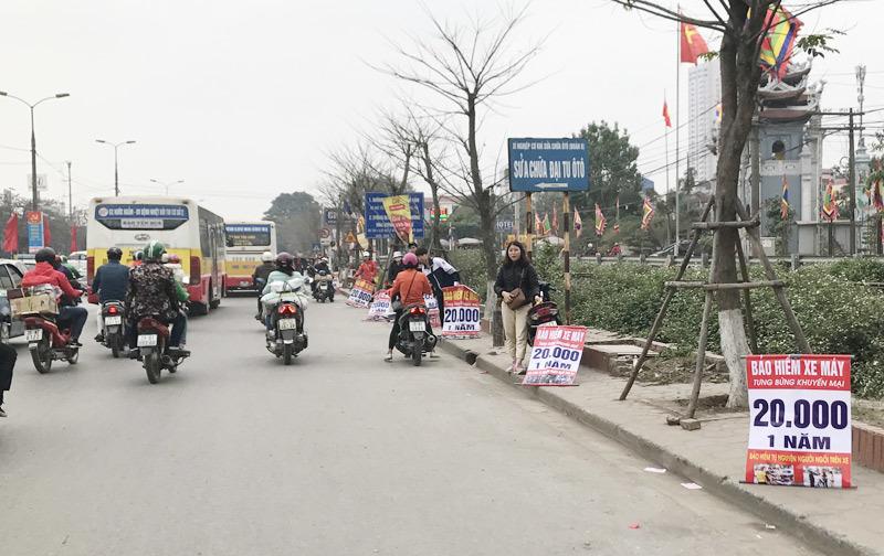 Xe máy đổ về quê ăn Tết, dân Hà Nội ra đường làm điều rất lạ