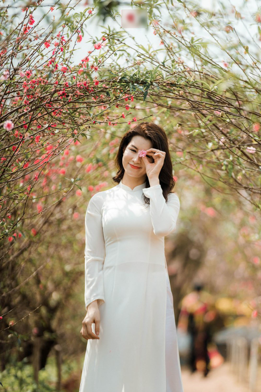 Lưu Huyền Trang khoe nét tinh khôi với áo dài giữa vườn đào
