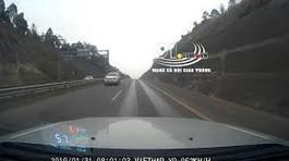 Hoảng hồn xe bán tải lao vun vút ngược chiều trên cao tốc Nội Bài - Lào Cai