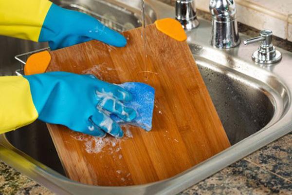 Thói quen sử dụng sai lầm khiến thớt chứa vi khuẩn gấp 200 lần bồn cầu