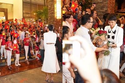 Học sinh Philippines cầm cờ Việt Nam chào đón H'Hen Niê