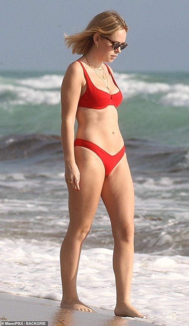 Tanya Burr bốc lửa trên biển