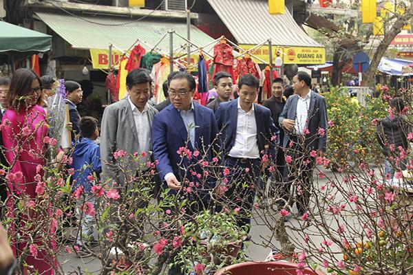 Bí thư Hà Nội đi chợ hoa Hàng Lược, được thầy đồ tặng chữ 'Phúc'