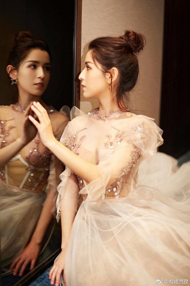 Tiên nữ Tân Cương, Lưu Diệc Phi mặc mỏng như tờ: Ai gợi cảm hơn?
