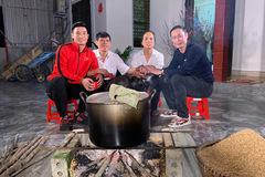 Sao Việt đón Tết: Người luộc bánh chưng, người mua xế tiền tỷ