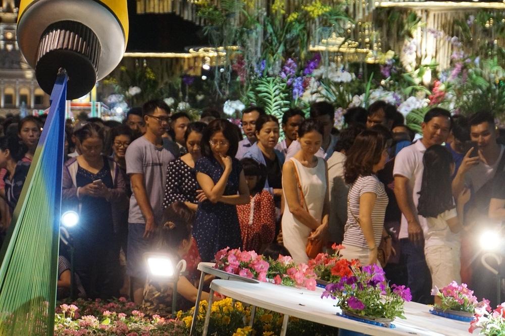 Chen lấn nghẹt thở trong đêm khai mạc đường hoa Nguyễn Huệ