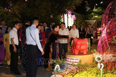 Chủ tịch QH bỏ ống nuôi heo đất trên đường hoa Nguyễn Huệ