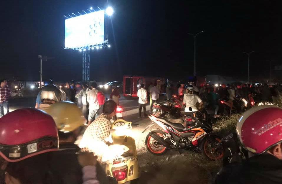 Ôtô khách chở 30 người về quê ăn Tết bị lật