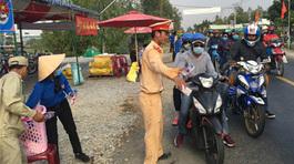 CSGT miền Tây đội nắng phát nước suối, khăn lạnh cho dân về quê ăn Tết