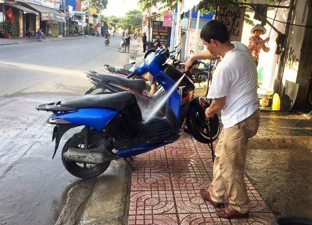 Tiệm rửa xe 'hốt bạc' dịp cận Tết, mỗi ngày 'bỏ túi' 5 triệu đồng