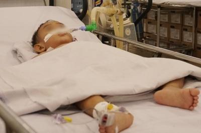 Người cha bơm hơi vào hậu môn để phạt con, bé trai bị thủng ruột