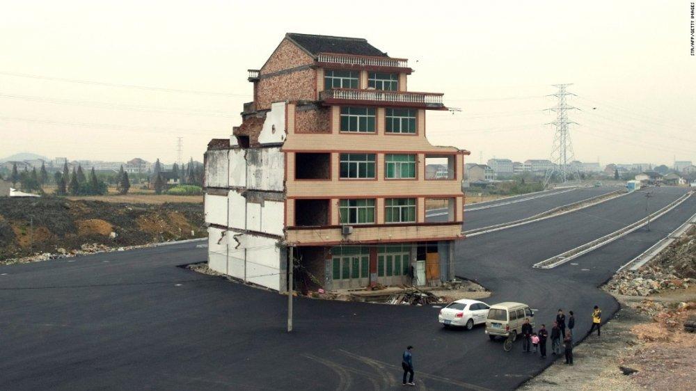 Kỳ lạ ngôi nhà 4 mặt tiền nằm giữa đường cao tốc