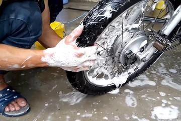 Rửa xe 29 Tết: Giá tăng mạnh, xe khó sạch như ý