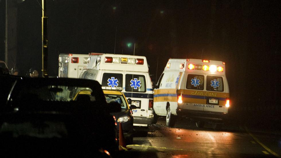 Xe chở nữ sinh bị lật ở Mỹ, 14 người bị thương