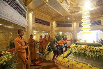 Du khách hoan hỉ hành hương lên Fansipan chiêm bái xá lợi Phật