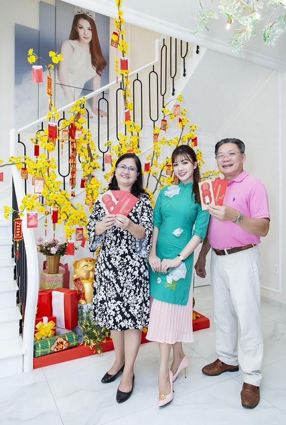 Hoa hậu Quốc tế người Việt 2016 cùng bố mẹ đón tết trong biệt thự triệu đô