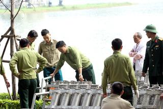 Trận địa pháo hoa tầm cao bên hồ Hà Nội trước giờ 'khai hỏa'