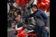 Vợ trẻ chi 500 triệu mua Ducati tặng chồng kỉ niệm ngày cưới