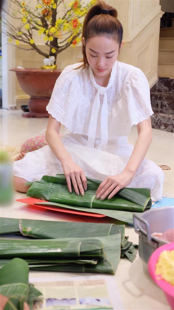 Phương Trinh, Hoàng Thùy Linh tất bật gói bánh chưng, bánh tét dịp Tết