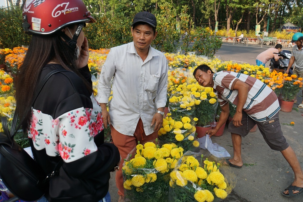 Chợ hoa lớn nhất Sài Gòn 'đông' hoa, vắng khách ngày 30 Tết