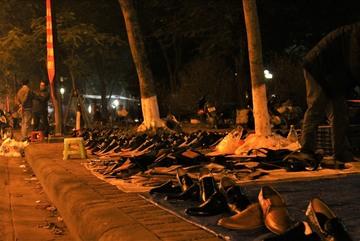 Nhói lòng cảnh hàng nghìn đôi giày da lăn lóc bên lề đường