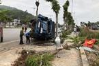 Húc văng xe máy, tung cột điện, xe tải lật nhào kéo lê chục mét sáng 30 Tết