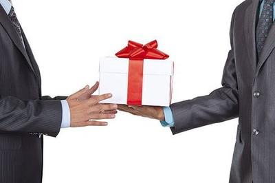 Biếu quà Tết cho sếp có bị xem là 'đưa hối lộ'?