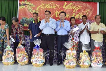 Ông Phạm Minh Chính tặng quà cho hộ nghèo ở Kiên Giang