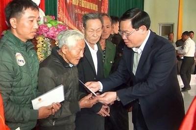 Phó Thủ tướng Vương Đình Huệ tặng quà Tết cho các hộ nghèo ở Nghệ An