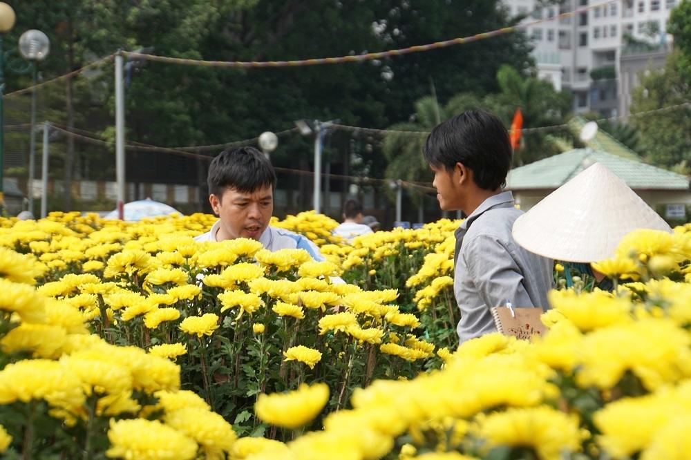 Tiểu thương thẳng tay đập bỏ, chặt gốc hoa đem về, không bán rẻ chiều 30 Tết