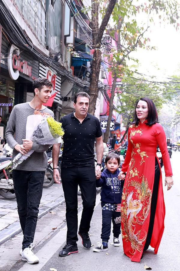 (Vietnamnet) Hoa hậu thế giới Doanh nhân 2019 xuống phố đón Xuân