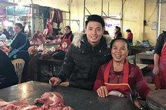Tư Dũng theo mẹ ra chợ bán thịt ngày 30 Tết, vèo cái đã hết sạch: Có con trai đẹp lợi ghê!