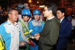 Phó Thủ tướng thăm bệnh viện, công nhân môi trường chiều 30 Tết