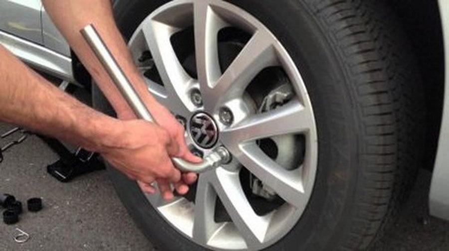 Cách tự thay lốp ô tô dọc đường