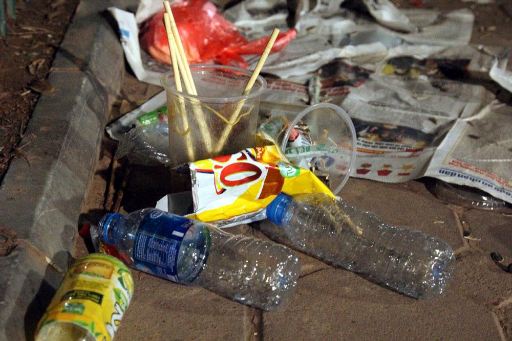 Hò hẹn bên rác đầu năm mới ở Hồ Gươm