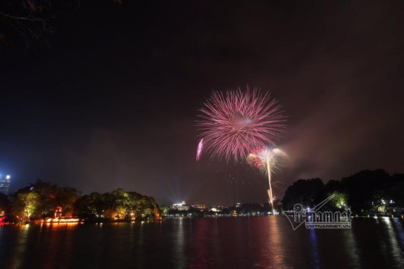 Nụ hôn nồng cháy dưới màn pháo hoa đêm Giao thừa ở Hà Nội