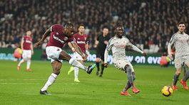 Liverpool đánh rơi chiến thắng, Man City mừng thầm