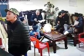 Đi đòi nợ thuê, nhóm người bặm trợn mang cơm ra ăn, ngồi lì nhà dân ngày Tết