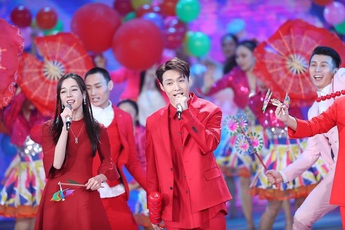 'Đệ nhất mỹ nhân' Lâm Chí Linh múa dưới nước chào năm mới