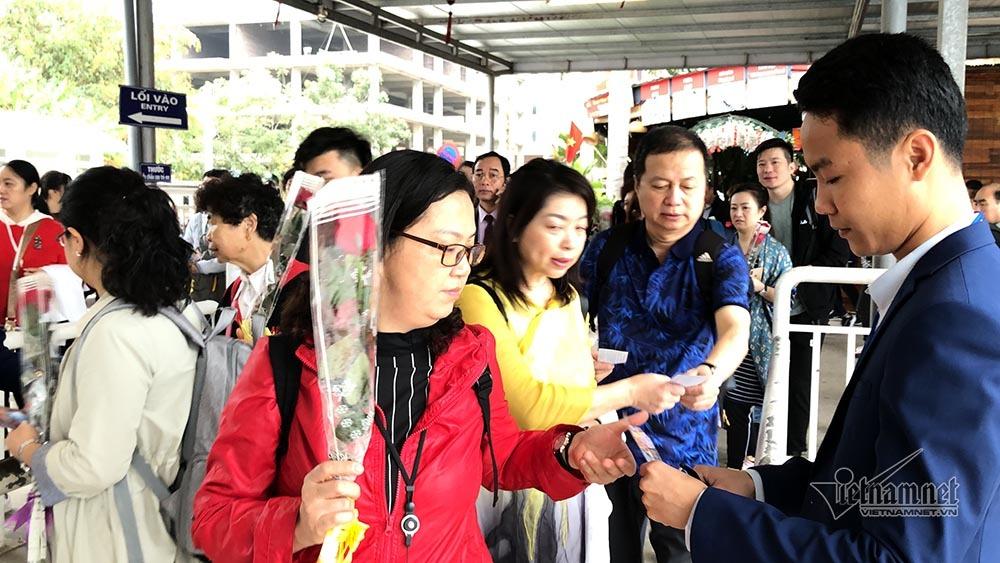 Đại gia đình 50 người TQ xông đất vịnh Hạ Long, nhận lì xì may mắn