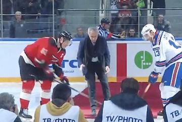 """Phì cười cảnh Mourinho ngã """"trượt vỏ chuối"""" trên sân hockey"""