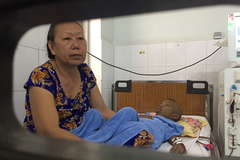 Những đứa trẻ sống mòn nhờ chạy thận ăn Tết trong viện