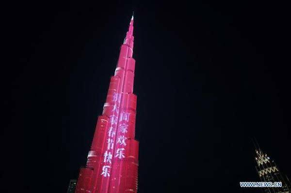 Thế giới 24h: Nhà chọc trời 'khoác ảo đỏ' đón Tết