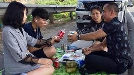 Kỳ lạ gia đình mở tiệc trên cao tốc Nội Bài - Lào Cai