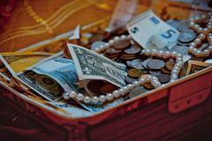 Vớ được kho báu kim cương, vàng ròng triệu USD trong chiếc hộp cũ