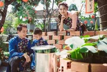 Vợ chồng Đăng Khôi dạy con trai 3 tuổi pha trà, luộc bánh chưng